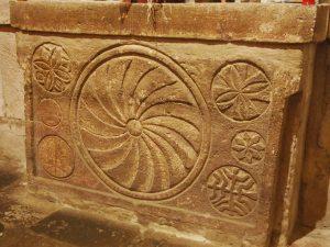 орнамент из каменной плиты из храма Санта Мария де Лебенья в Кантабрии (X в.)
